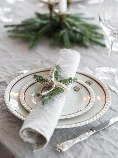 Porslinet är skotskt, och har Sarahs familjs släktemblem på. Det plockas fram och används av familjen varje jul.
