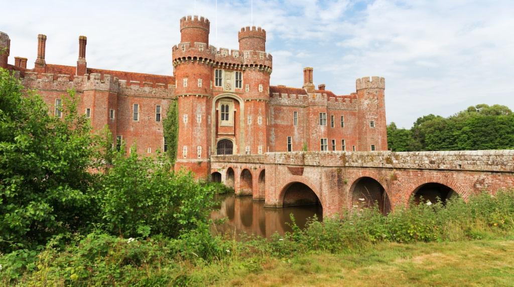 Bothwell School of Witchcraft kommer att husera i ståtliga 1400-talsslottet Herstmonceux Castle mellan Brighton och Hastings i England.