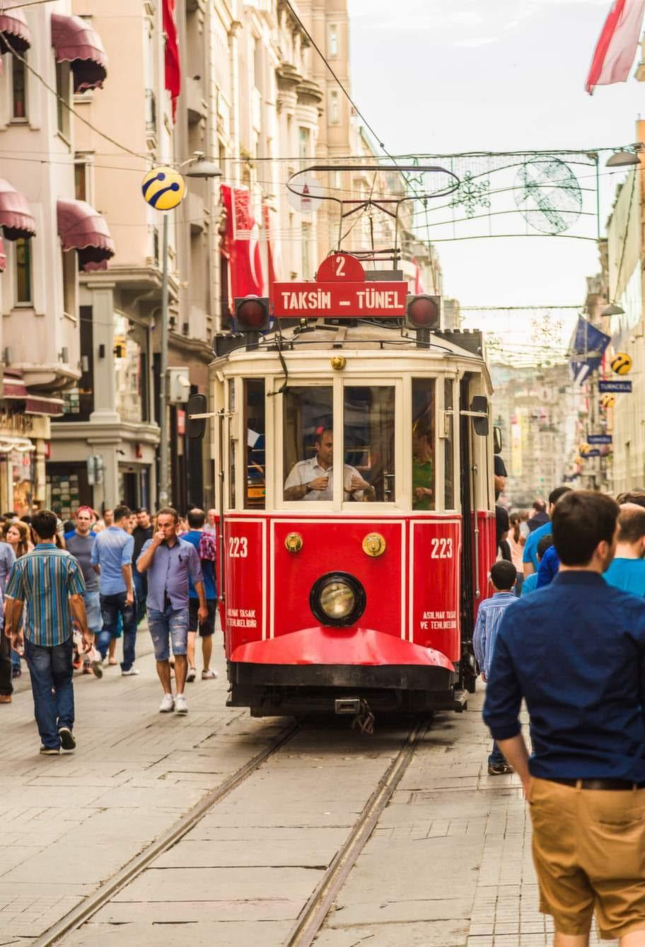 Den långa gågatan Istiklal mellan Tünel och Taksimtorget är tre kilometer och det sägs att här passerar cirka tre miljoner människor dagligen.