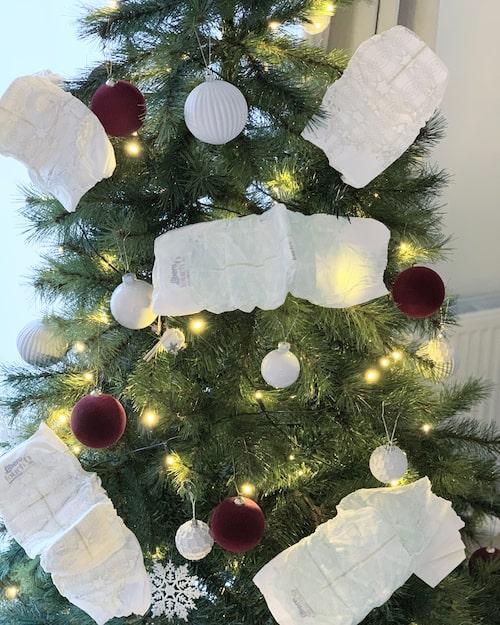 Blöjor i julgranen kommer få barnen att undra hur Nissen tänkte.