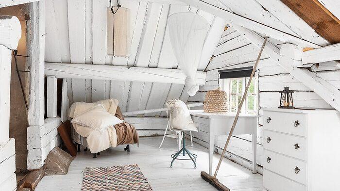 På loftet finns plats för en arbetshörna.