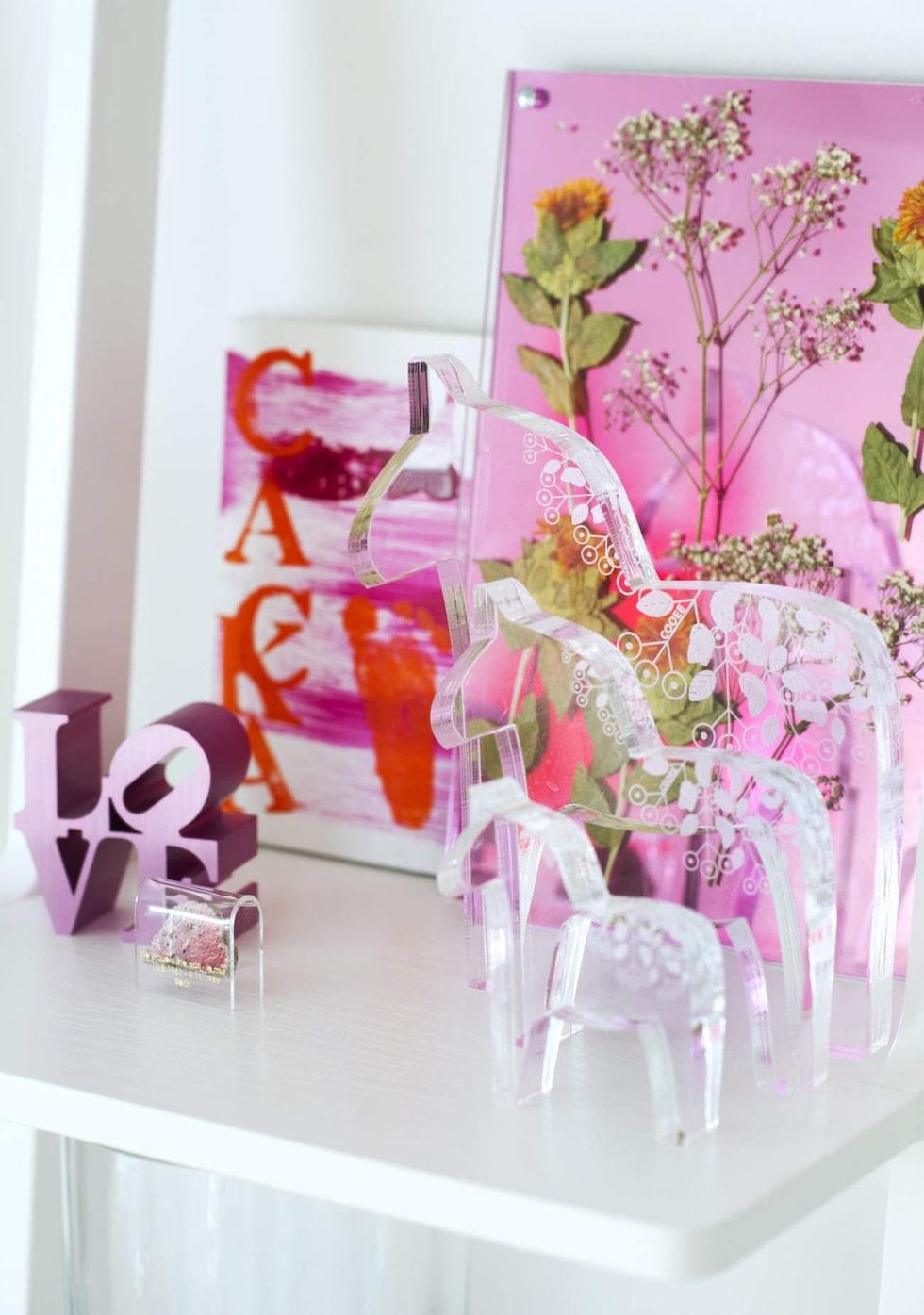 I bokhyllorna från Swedese syns en plexitavla med förra sommarens blommor och dalahästar från Cooee design.