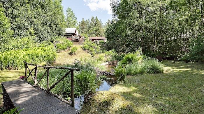 Trädgården är på 1 670 kvadratmeter och ligger nära en charmig liten å.