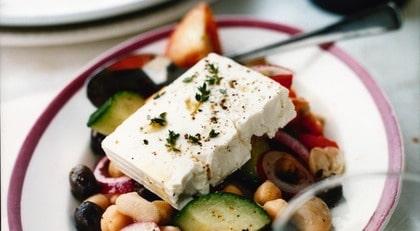 """Grekisk sallad är bra mat för den som vill testa medelhavskost. Bilden är hämtad från Mai-Lis Hellénius bok """"Oliv!""""."""
