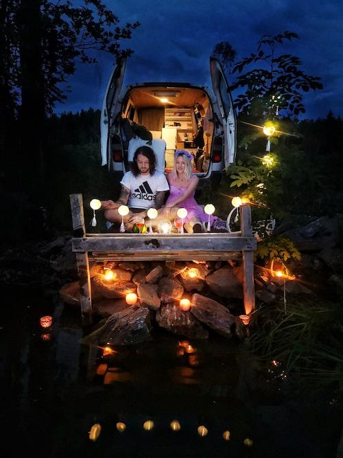 """Midsommar 2020. """"Vi hittade en övergiven trasig brygga i skogen som vi drog fram och byggde ett litet mysigt camp."""""""