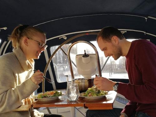 Både Emmy och Marcus är sjöscouter sedan tidigare och stortrivs på båten.