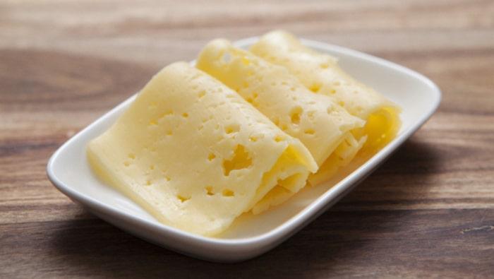 Tre skivor ost (26 %) = 100 kalorier.