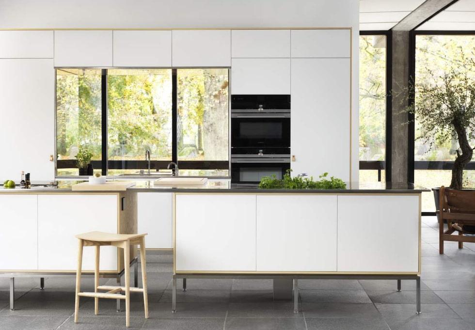 Inredningsdesigner Fredrik Almlöf har ritat ett av Ballingslövs nya kök. Det bygger på luckan Metro och i den här versionen är de av vitmålad ask och bänken är av rostfritt stål. Luckorna har läderhandtag med kopparknappar och benen är högre och ger ett luftigt intryck. Luckan Metro finns i fler utföranden. Cirkapris: 180 000 kronor, då ingår inte vitvaror eller bänkskivor i rostfritt stål.