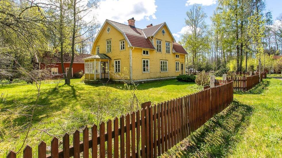Den gamla lanthandeln på småländska landsbygden är till salu.