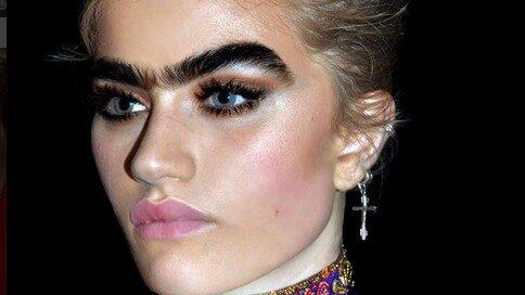 """Sophia färgar sina ögonbryn svarta för att framhäva dem mer. På sociala medier både hyllas och hatas hon för sitt ikoniska """"unibrow""""."""