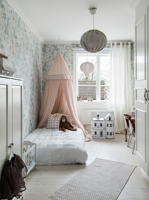 Barnrummen är, precis som flera av husets rum, tapetserade i mönstrade, ombonade tapeter.