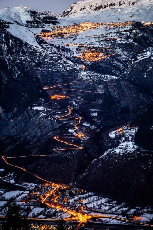 12 kilometer och 21 hårnålskurvor tar det innan man är framme i Alpe D'Huez. Glöm inte snökedjorna om du hyr bil!