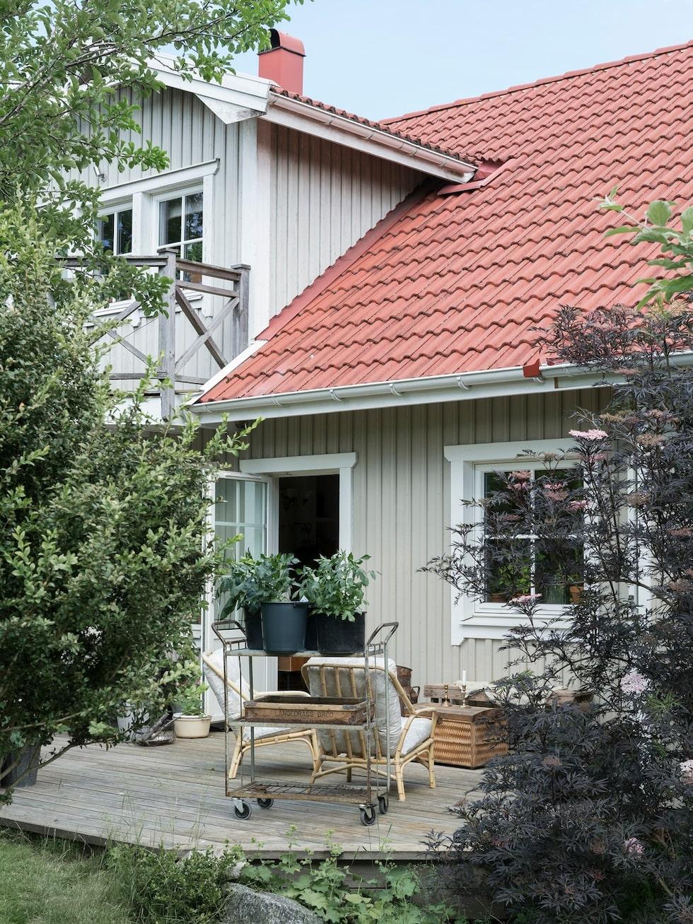 Huset målades för 15 år sedan i en varmgrå färg, som paret är väldigt nöjda med. Många frågar dem efter färgkoden, som är S 3005-Y20R.