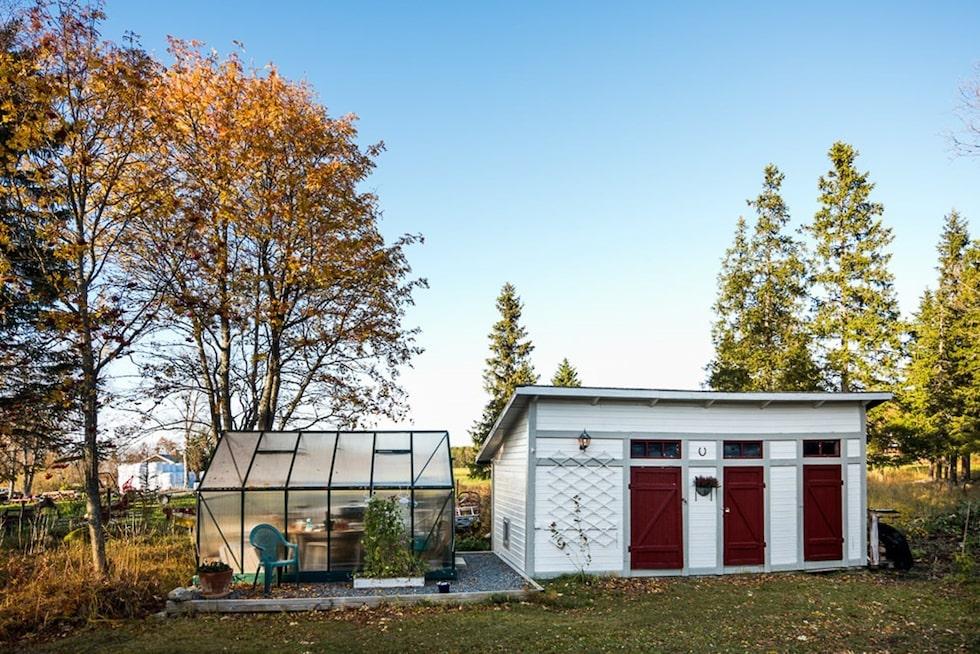 På tomten finns också en förrådsbyggnad och ett växthus i cellplast.
