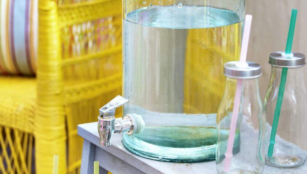 Läskande. Vattenbehållare med kran, 399 kronor, Granit. Glasflaskor med lock, 99 kronor för sex stycken, sugrör, 29 kronor, allt från Lagerhaus.