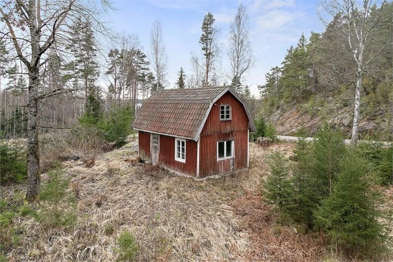 Exakt hur gammalt det här ödehuset mitt ute i skogen är vet man inte. Nu kan det mystiska ödehuset bli ditt för endast 160 000 kronor.
