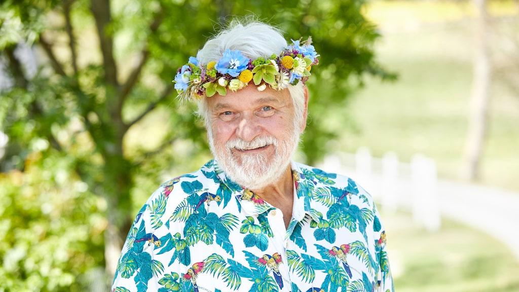 Musikern Hasse Andersson bor i en villa i Ängelsbäck på Bjärehalvön i Nordvästra Skåne. I år är han en av sommarpratarna i P1.