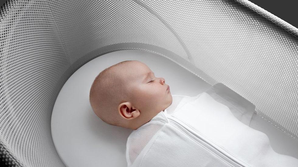 Inlindad i en speciell dräkt och med ljud och rörelser ska den här babysängen påminna exakt om en livmoder.