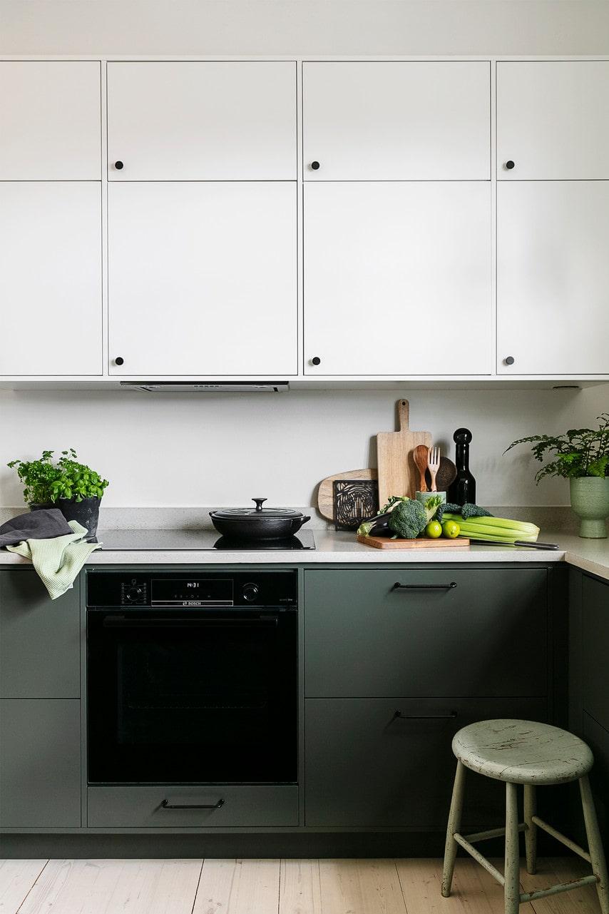 Köket är både rymligt och praktiskt. Dold förvaring ger ett stilrent intryck. Häll och fläkt, Electrolux, ugn, Bosch. Blandare från Tapwell.