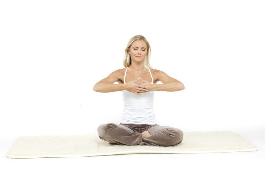4. Tumspetsarna mot varandra: Böj armbågarna och lyft händerna, med handflatorna vända in mot bröstet. Stanna i höjd med hjärtat med händerna cirka fem centimeter från bröstbenet, vänster hand innanför höger. Tryck tumspetsarna mot varandra. Underarmarna är parallella med golvet, ögonen nästan slutna. Fokusera på nästippen. Andas in och håll andan i tio sekunder. Andas ut, töm lungorna helt, och håll andan i tio sekunder. Andas in på nytt och fortsätt på detta sätt i tre-sju minuter.