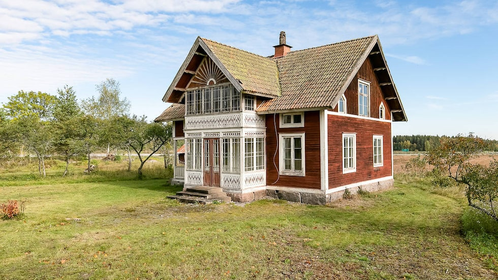 Huset är byggt 1909 och är på 73 kvadratmeter, plus en oinredd övervåning som är nästan lika stor.