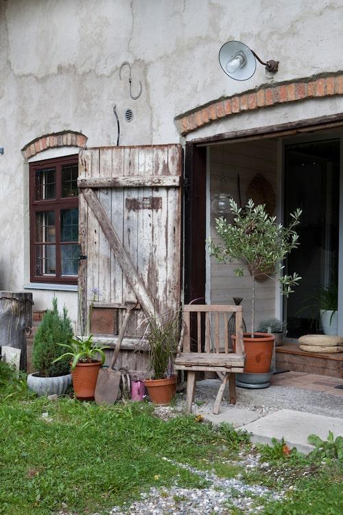 Vid entrén till bostadsdelen sitter de gamla stalldörrarna kvar. Innerdörrarna är helt i glas för att släppa in så mycket ljus som möjligt.