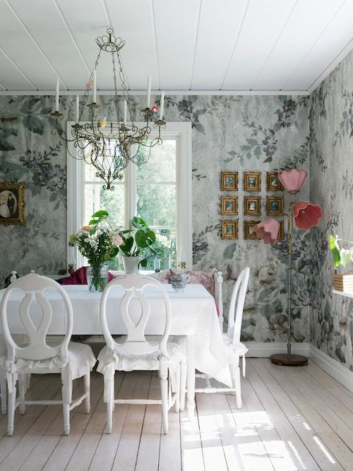 I matrummet står gustavianska rosenstolar som har målats vita och fått volangdynor runt bordet. Ljuskronan hade Jennie suktat efter i många år innan hon hittade den på Blocket. Tapet Blossom, Perswall.