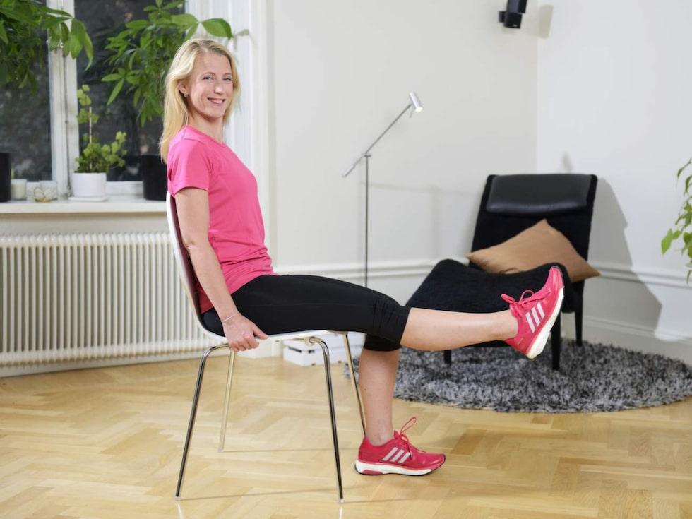 5. Sittande knästräckSitt på en stol med båda fötterna på golvet. Sträck ut vänster ben, håll några sekunder och för sakta tillbaka. Gör om samma sak fast med höger ben. För att öka belastningen kan en viktmanschett/tyngd fästas runt underbenet.