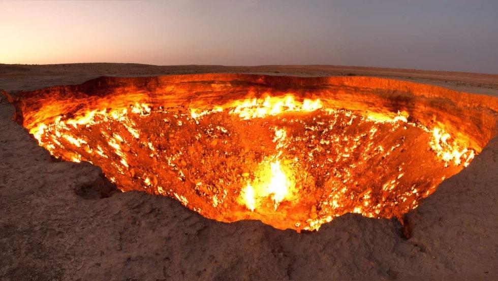 """""""Helvetets dörr"""". I mitten av Karakumöknen i Turkmenistan ligger denna 70 meter breda krater. FOTO: Tormod Sandtorv/Flickr"""