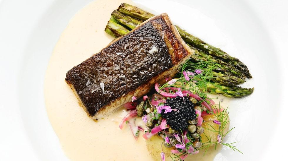 Villa Tottebo har hyllats och fått höga betyg i krogguider som White Guide, Vägarnas bästa och Sveriges bästa bord. Det är inte förvånande; miljö, service, mat och dryck håller högsta klass. På tallriken: Hälleflundra med sparris.