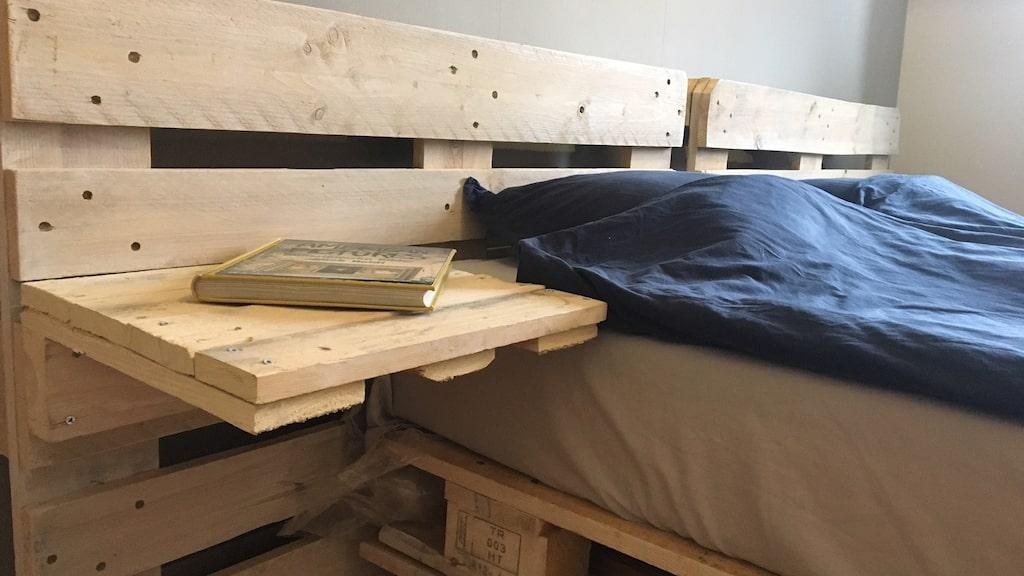 Till och med nattduksbord ordnades med hjälp av lastpallar.