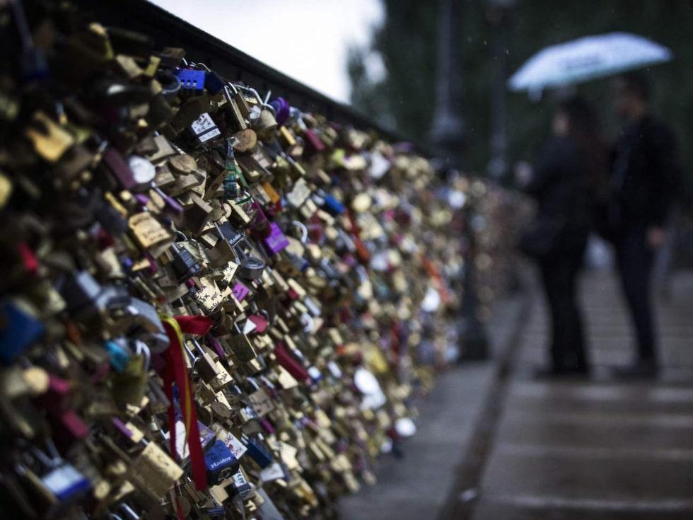 Paris broar dignar av tonvis med så kallade kärlekslås