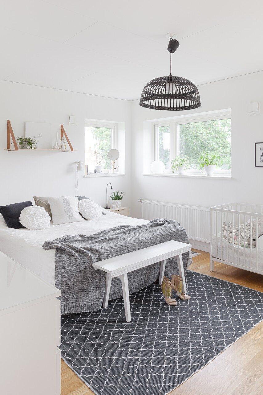 Neutrala basfärger skapar ett sovrum med lugnt intryck. Hylla, Hübsch. Lampa, Ikea. Pall, Miljögården. Matta, Nyblom Kollén.