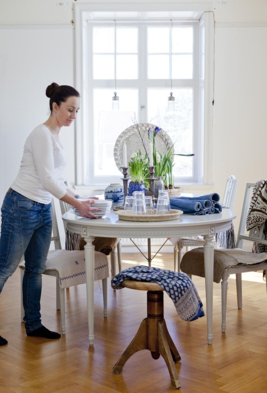 Johanna fyller bordet med vackra växter, porslin och tyger i fräschaste blått.