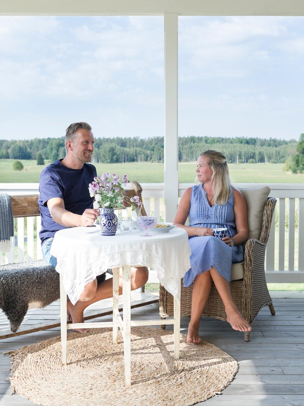 """Verandan är härligt stor och har flera sittplatser. Här dricker Anna och Marcus gärna kaffet i morgonsolen. """"Den är vårt sommarvardagsrum"""". Kyrkbänken kommer från ett gammalt missionshus."""