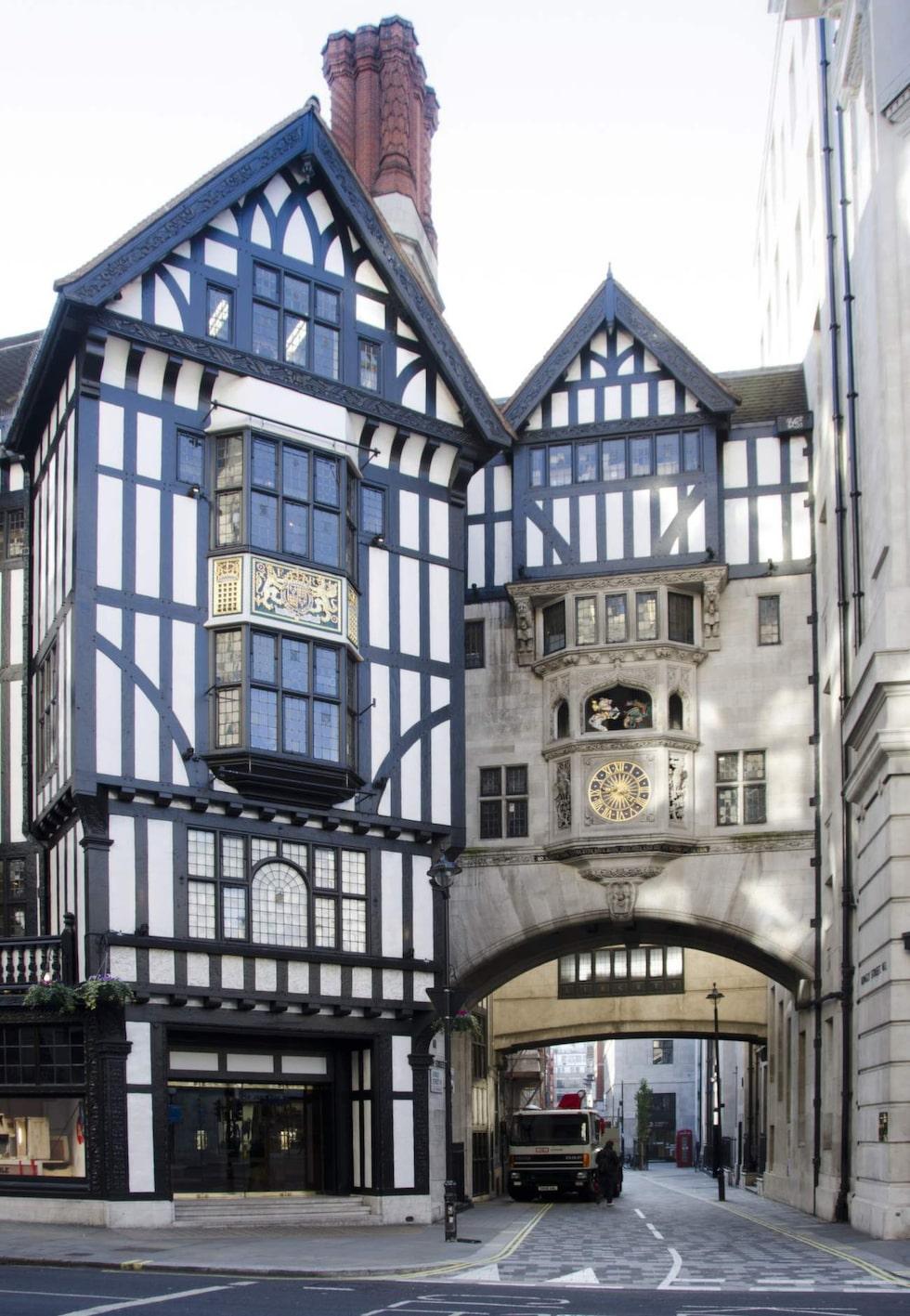 Liberty ligger i en gammal byggnad i tudor-stil.
