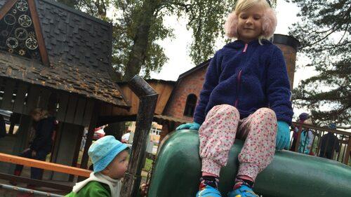 Oscar och Ebba Wallin åker gärna till Mulle Meck-parken i Solna.