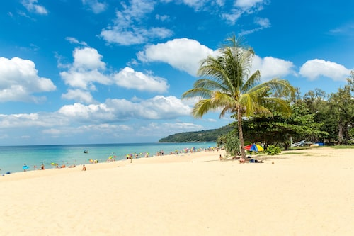 Populära Karon Beach.