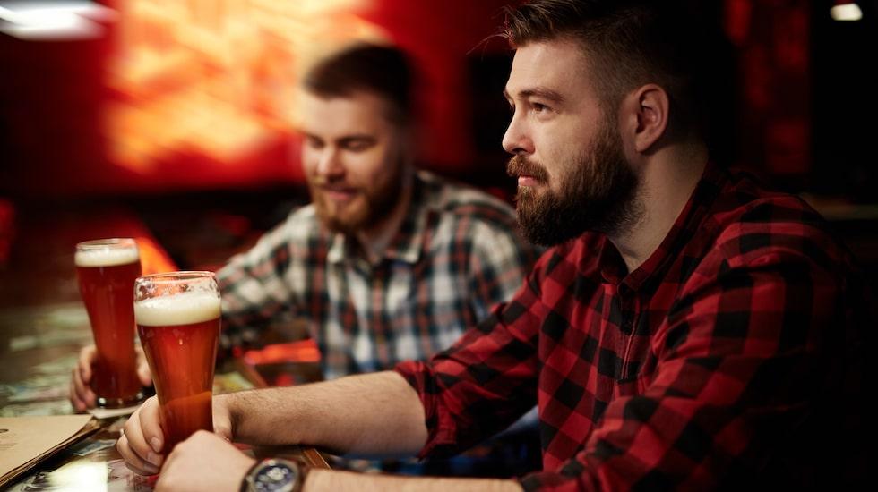Behöver man alkohol för att kunna njuta av livet? Den frågan ställde sig Joakim som efter ett nyårslöfte valde bort spriten i ett år. (Mannen på bilden är inte Joakim)