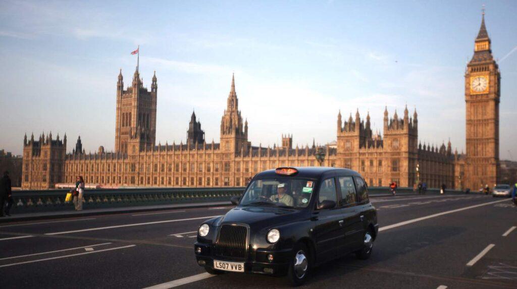 Sätt dig tillrätta i en svart, klassisk Londontaxi och bered dig på ett tre timmar långt Potteräventyr.