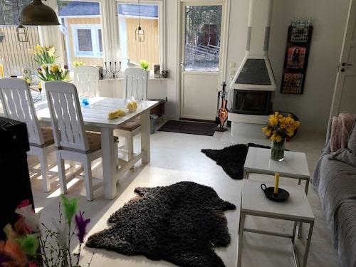 Mari Jungstedt vill förlänga köket för att skapa en härlig hängplats när hon har folk över. Hon vill ha rena ytor och fri sikt. Gardiner gillar hon inte och de enda prydnadssakerna som ryms i fönstret är gotländsk keramik. Utanför syns Gotlandstunet som inhägnar tomten.