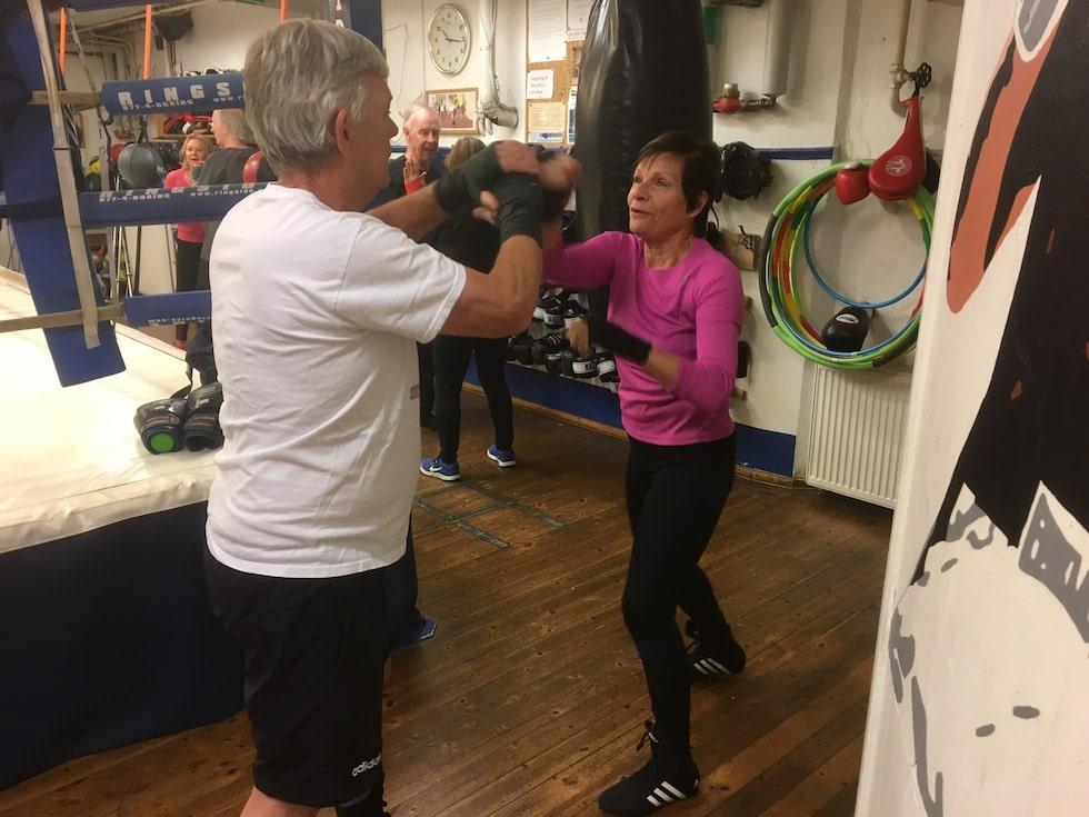 """SLÅR SLAG FÖR HÄLSAN. Anette Rönnqvist, 71, är en av de omkring 40 pensionärer som utgör boxningsklubben Grå pantrarna. """"Vi träffas även utanför lokalen"""", säger hon."""