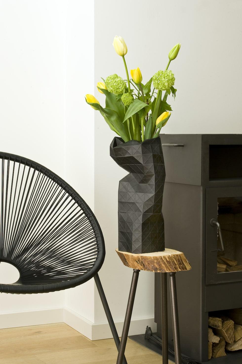 Genom att placera tulpaner i höga slanka vaser får man ett elegant utseende.