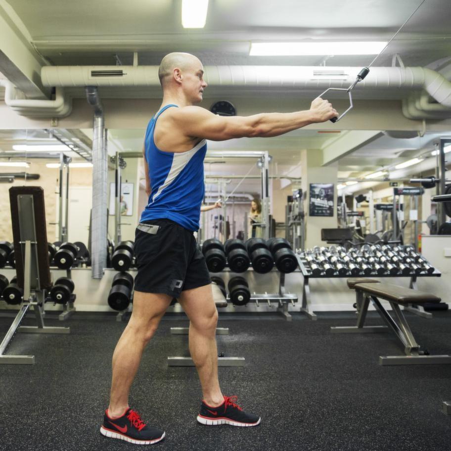 <strong>Fortsättning enarmsdrag i cable crossmaskin</strong><br>Tänk dig att du åker diagonalåkning: pendla med armarna och dra från  axelhöjd så långt ner/bak du kan. Gör ett set med belastning för en arm  och byt sedan så att andra armen får dra tyngden.<br><strong>Tänk på:</strong> Vrid inte  kroppen utan håll höfterna i linje med varandra. Gör en rörelse som  påminner så mycket som möjligt om skidåkning