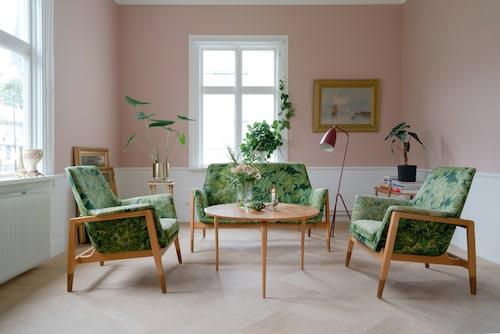 Cocktailrummet var tidigare målat i en mörkblå kulör vilken Evelina och Andreas upplevde som kall. Den nya väggkulören gav rummet ett lyft. Det gröna möblemanget som hittades på vinden blev pricken över i. Möblemanget är formgivet av Bruno Mathsson och Folke Olsson, ursprungligen från Bodafors. Soffbord, Bruno Mathsson. Mässingskruka, H&M Home. Golvlampa, Gubi. Väggkulör, Old rose, från Alcro.