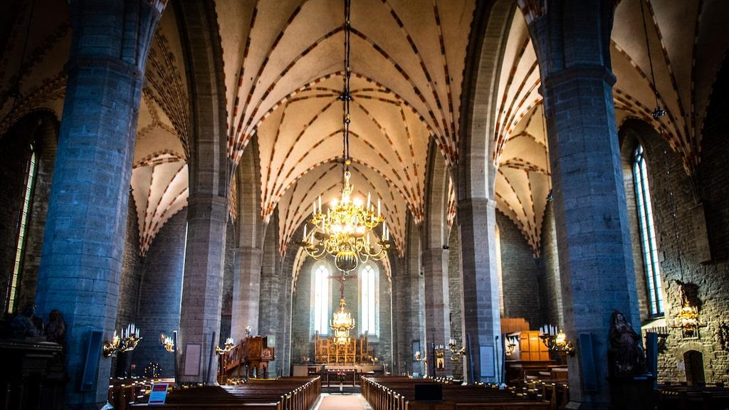 Vadstena Klosterkyrka började byggas 1370 efter noggranna instruktioner från Heliga Birgitta med kalksten från Omberg. Det tog 60 år att färdigställa den imposanta byggnaden.