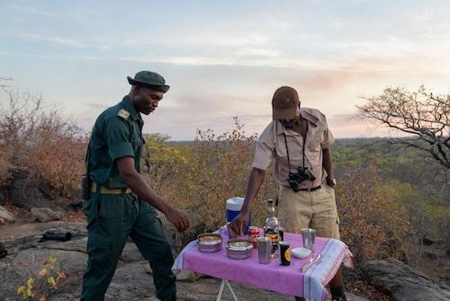 En bra dag på safari avslutas med en drink i solnedgången.