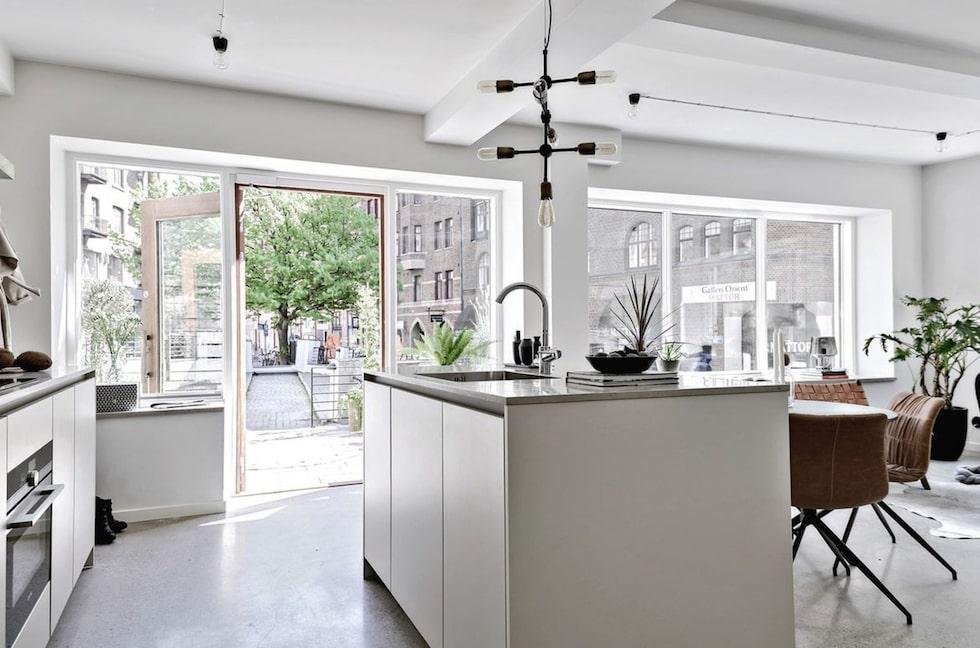 Stilen i lägenheten är minimalistisk och inredningen består av material som trä, glas, kalksten och slipad betong.