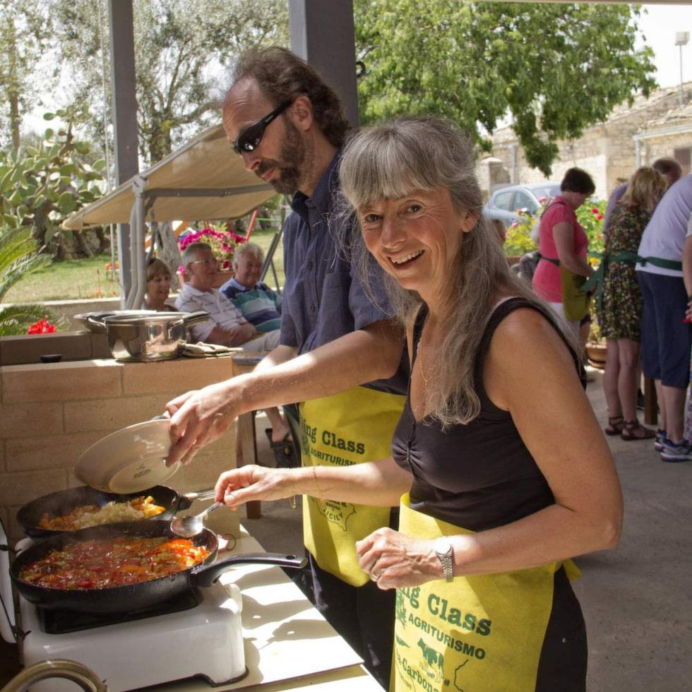 Karl-Johan Petersson och Gunborg Helander, deltar i matlagningskurs, på Tenuta Carbonara.