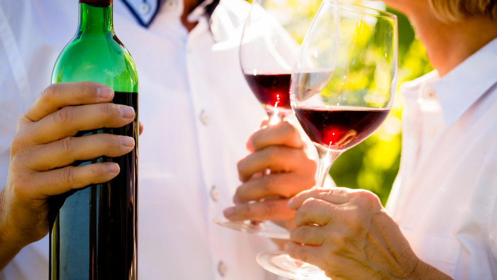 Alkoholmissbruk kopplas till en ökad risk för demens i en ny stor studie.